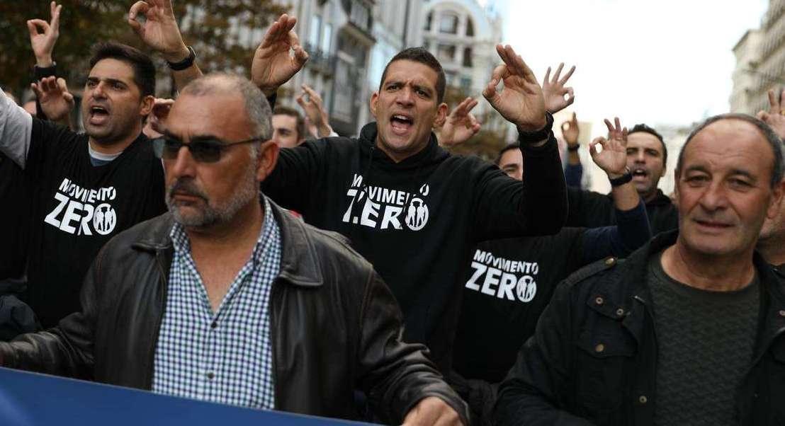 """Manifestantes gritam à chegada à Assembleia da República: """"Polícia unida jamais será vencida!"""""""