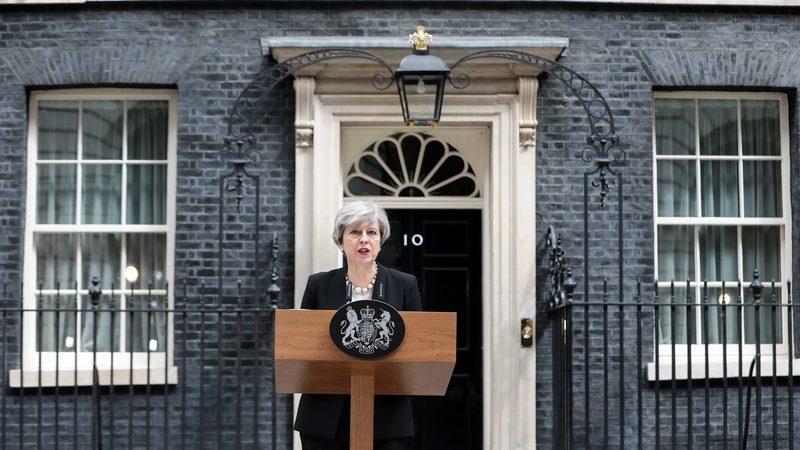 Nova proposta de Theresa May não agrada aos deputados. Pressão para abandonar o cargo aumenta