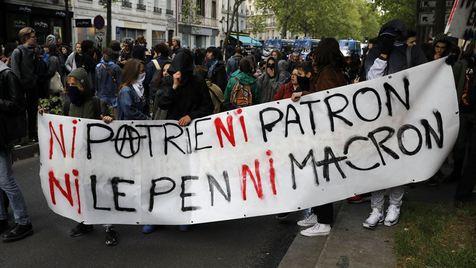 """""""Nem Le Pen nem Macron"""". Novos protestos em Paris levam a polícia a usar gás lacrimogéneo"""