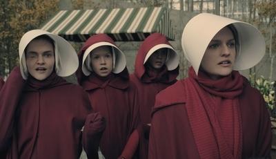 """A revolução veste-se de vermelho: #MeToo apropria-se do guarda-roupa de """"The Handmaid's Tale"""""""