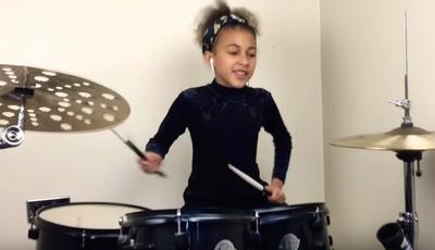 Viral: criança de nove anos surpreende a tocar Nirvana na bateria