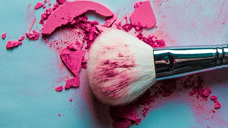 Uma maquilhadora explica: como lavar pincéis e esponjas de beleza