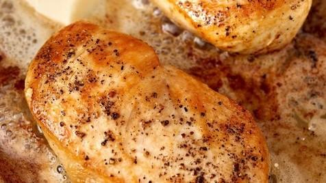 Como cozinhar peitos de frango suculentos sem forno
