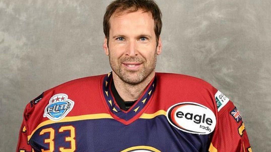 Petr Cech foi herói na estreia no campeonato de hóquei no gelo