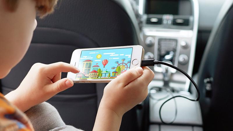 Será que carregar um telemóvel no carro danifica a bateria?