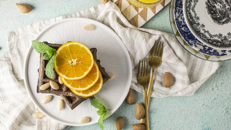 Veja esta receita deliciosa de waffles de alfarroba com sumo de laranja