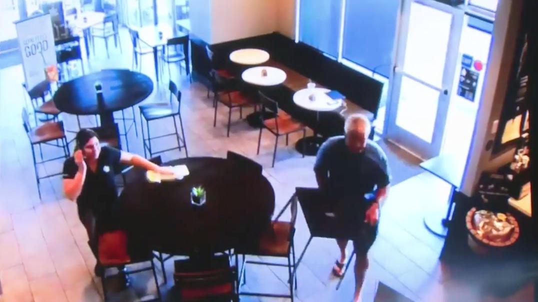Cliente de café trava assalto com uma cadeira