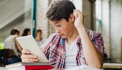 Metade dos adolescentes confunde informação com publicidade na internet