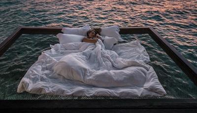 Neste hotel pode dormir numa rede no meio do mar das Maldivas