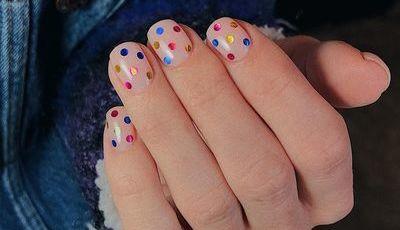 Nova tendência de manicura: unhas às bolinhas