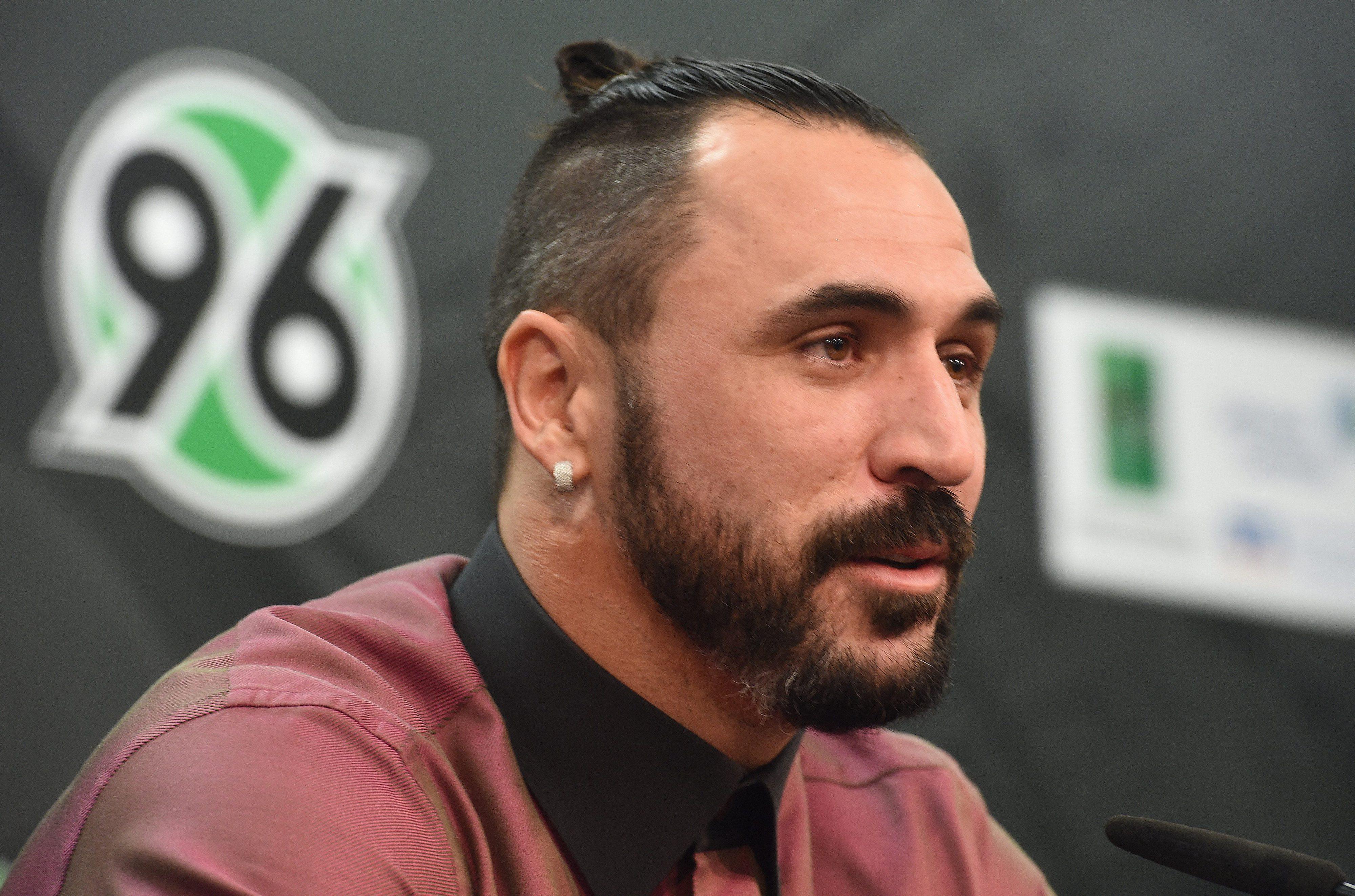 Hugo Almeida acaba a guarda-redes do AEK Atenas rumo à final da Taça da Grécia