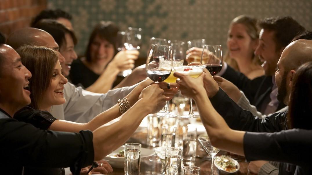 15 regras de etiqueta à mesa para não fazer má figura numa refeição formal