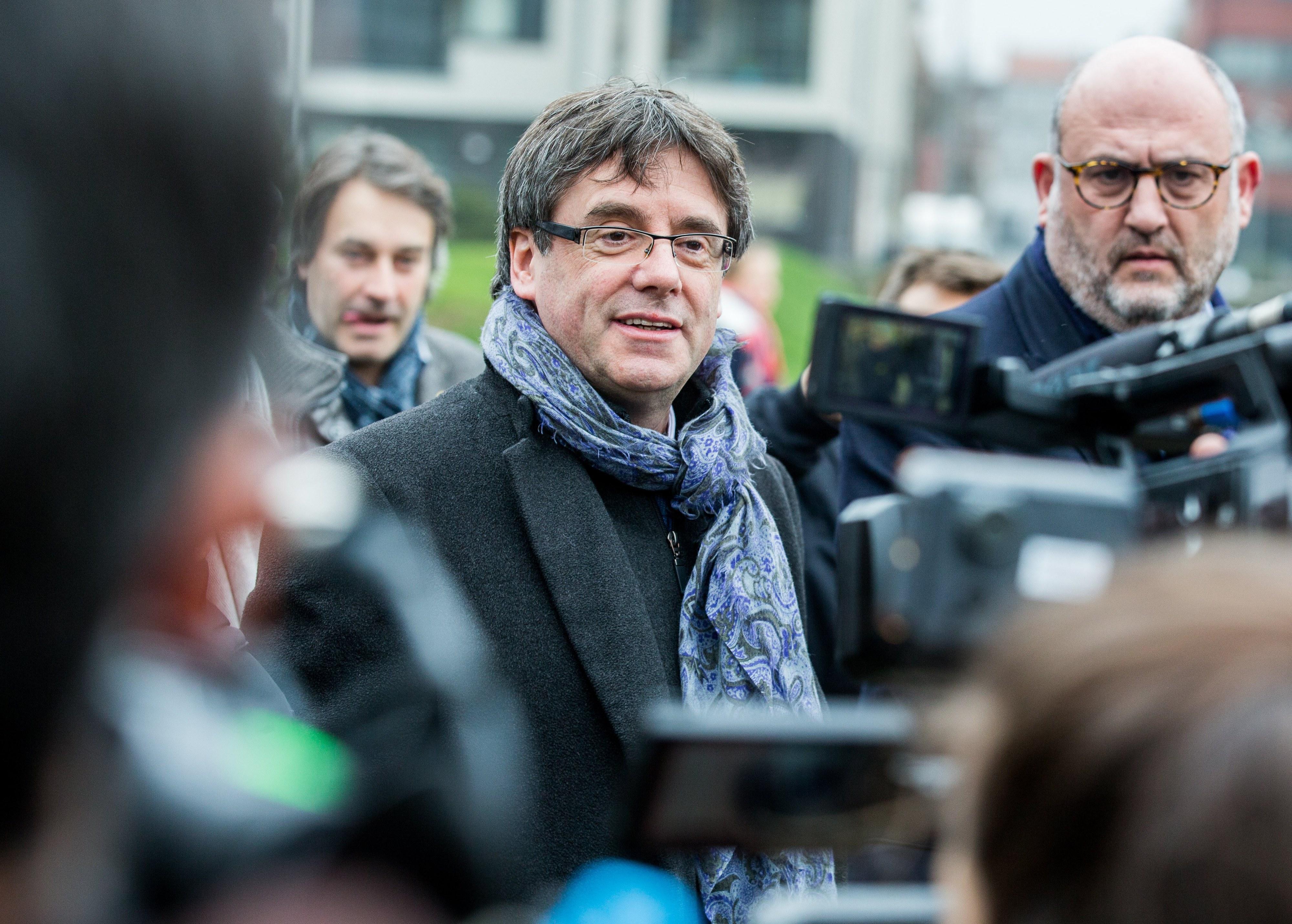 Espanha vai evitar regresso de Puigdemont, mesmo se escondido num porta-bagagens