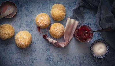 Berliners no forno com doce de morango