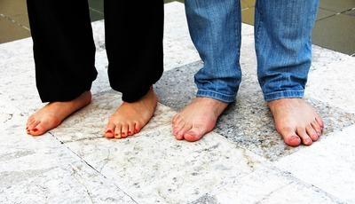 A doença que se aloja nos pés (mas não só) e que pode apodrecer as unhas