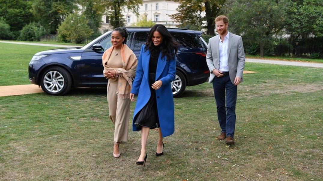 Meghan evita habilmente 'acidente' com a saia à chegada ao Palácio de Kensington