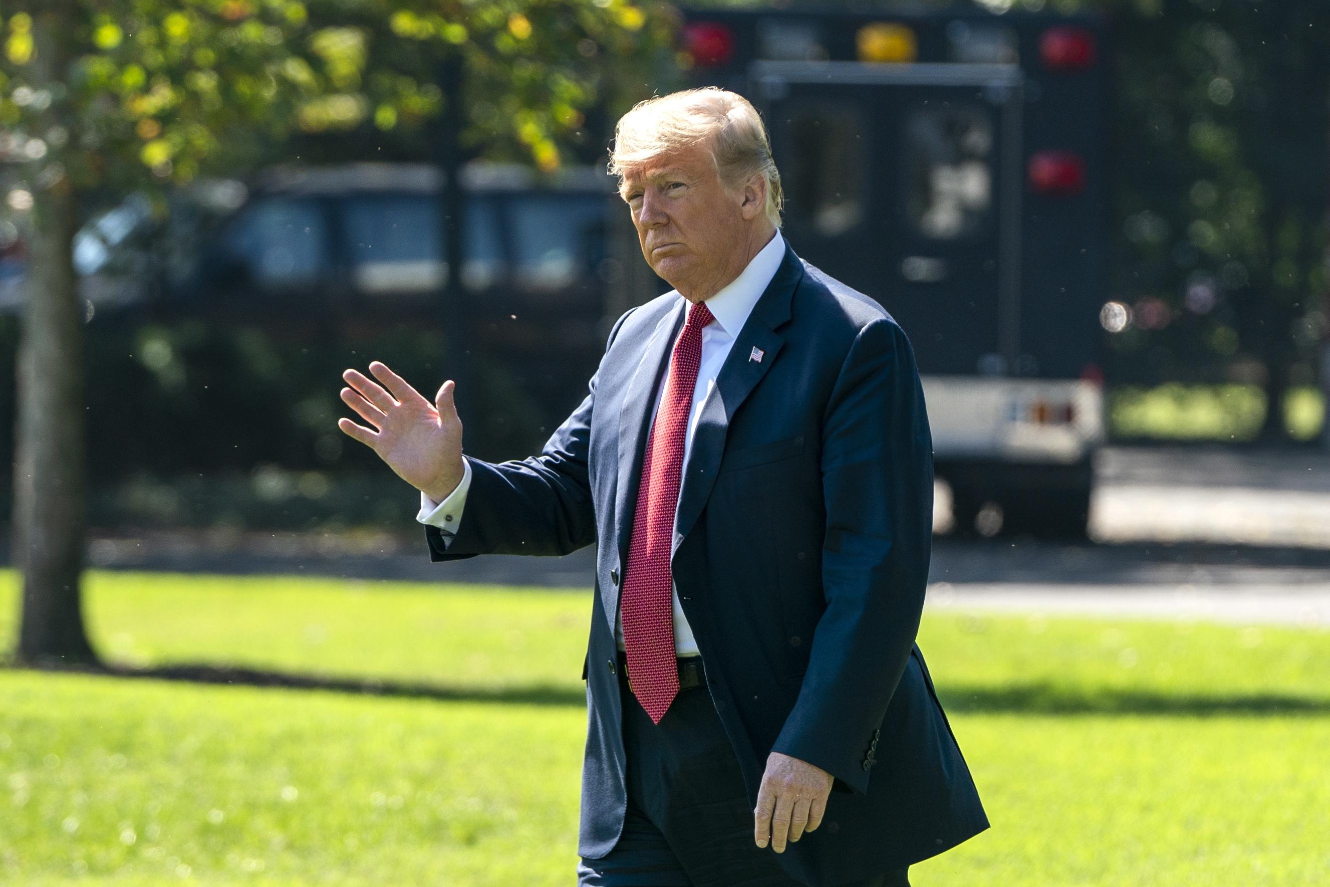 Trump ordena retirada dos Estados Unidos da União Postal Universal