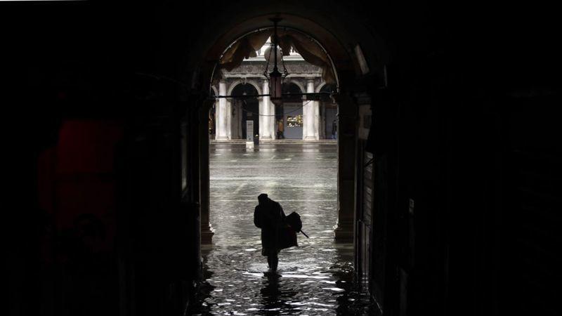 Governo vai canalizar 20 milhões de euros para Veneza, que continua alagada