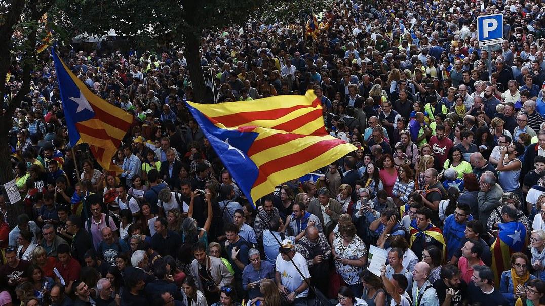 Protestos em Barcelona: agentes da Guardia Civil retidos várias horas