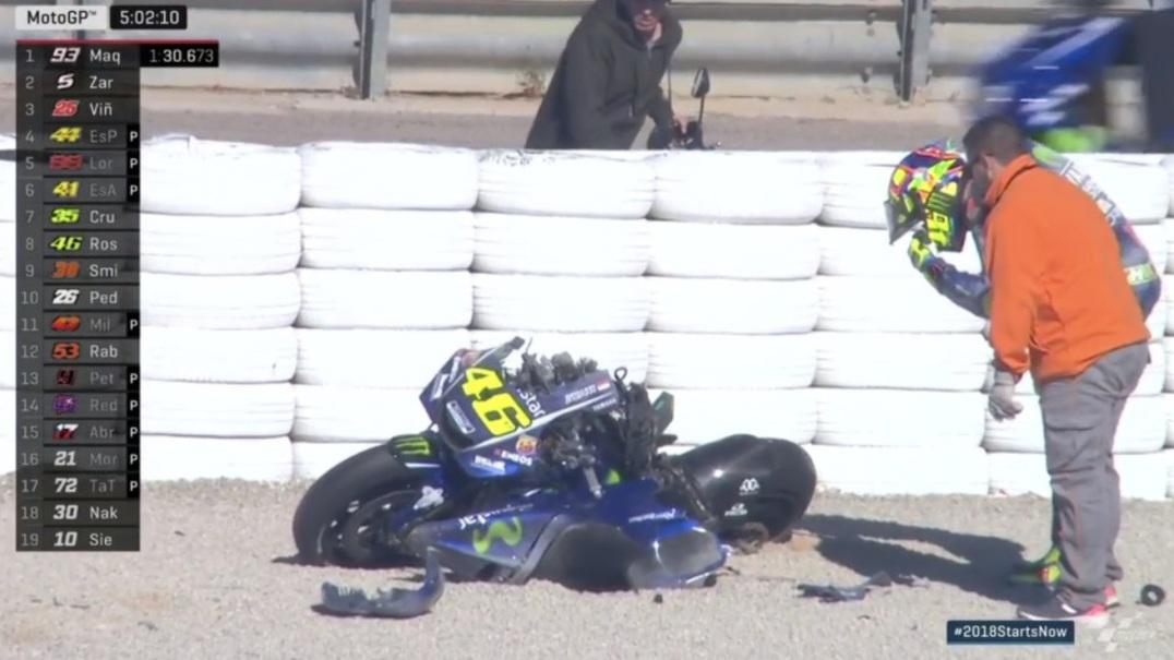 """Valentino Rossi sofre queda violenta e """"aterra"""" de joelhos"""