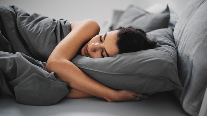 Dormir em quartos separados é sinal de que a relação já está condenada? Duas especialistas respondem à pergunta