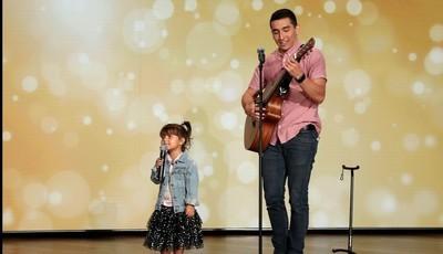 """""""O vídeo mais fofo da semana"""": menina de quatro anos conquista redes sociais ao cantar """"Señorita"""" com o pai"""