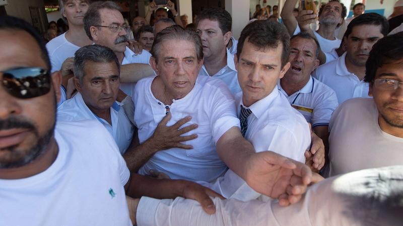 Médium brasileiro acusado de abuso sexual entrega-se à polícia
