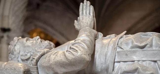 De mármore e em estilo Manuelino, túmulo de Camões ainda guarda mistérios