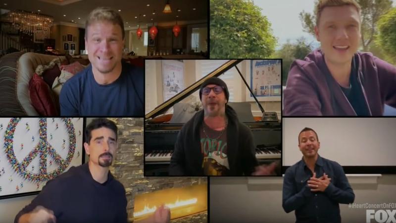 """A partir das suas casas, Backstreet Boys cantam """"I Want It That Way"""" para o mundo: veja aqui a atuação"""
