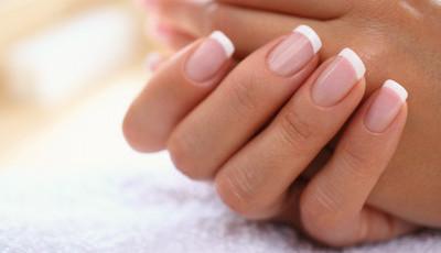 A unha francesa está de volta: cinco formas de inovar a manicure tradicional