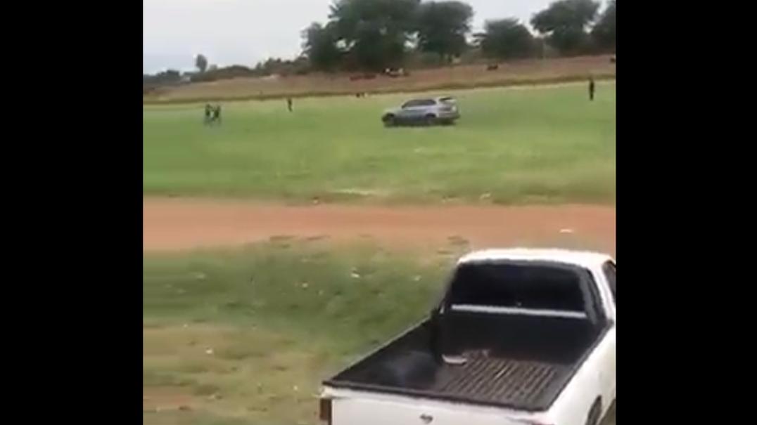 Adepto entrou com o seu carro no relvado e tentou atropelar árbitro