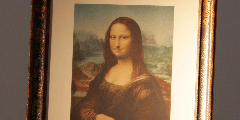 Mona Lisa com bigode e barba de Duchamp leiloada por 635 mil euros