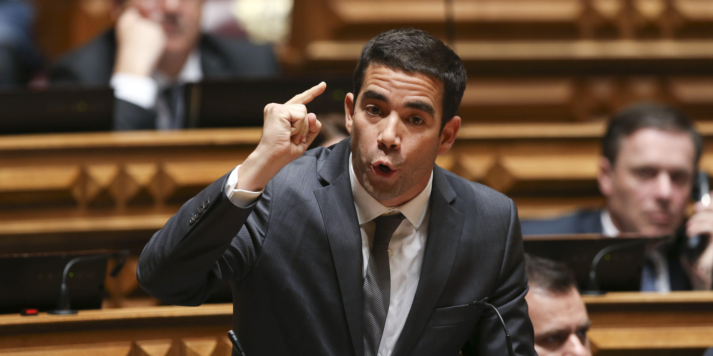 """81 milhões de euros de melhoria no défice? PSD diz serem """"truques"""" de Centeno"""