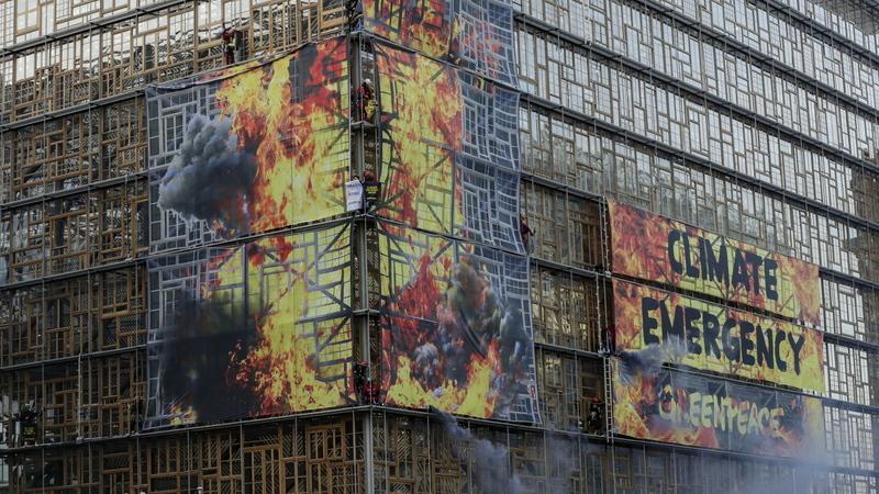 Ativistas do Greenpeace pendurados no edifício da União Europeia