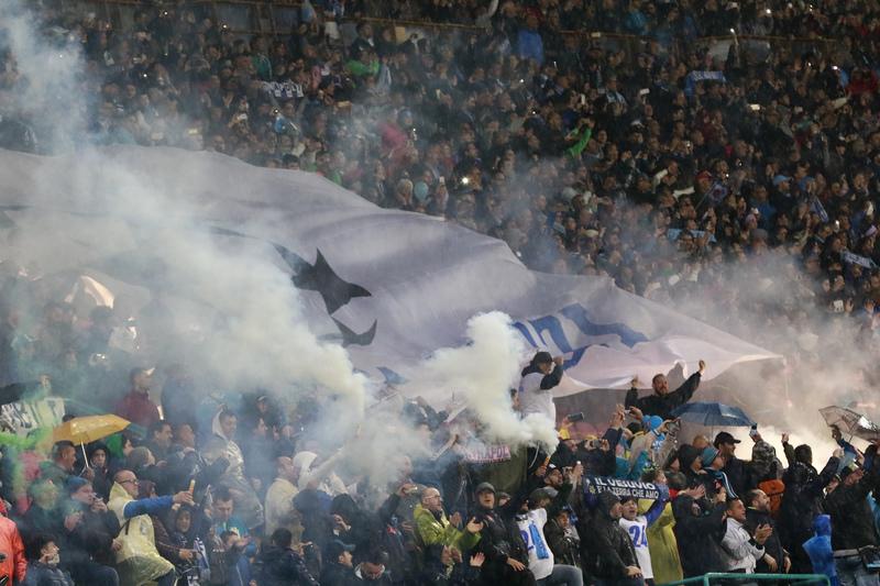 Adeptos do Nápoles contestam preços de bilhetes para jogo com o Benfica