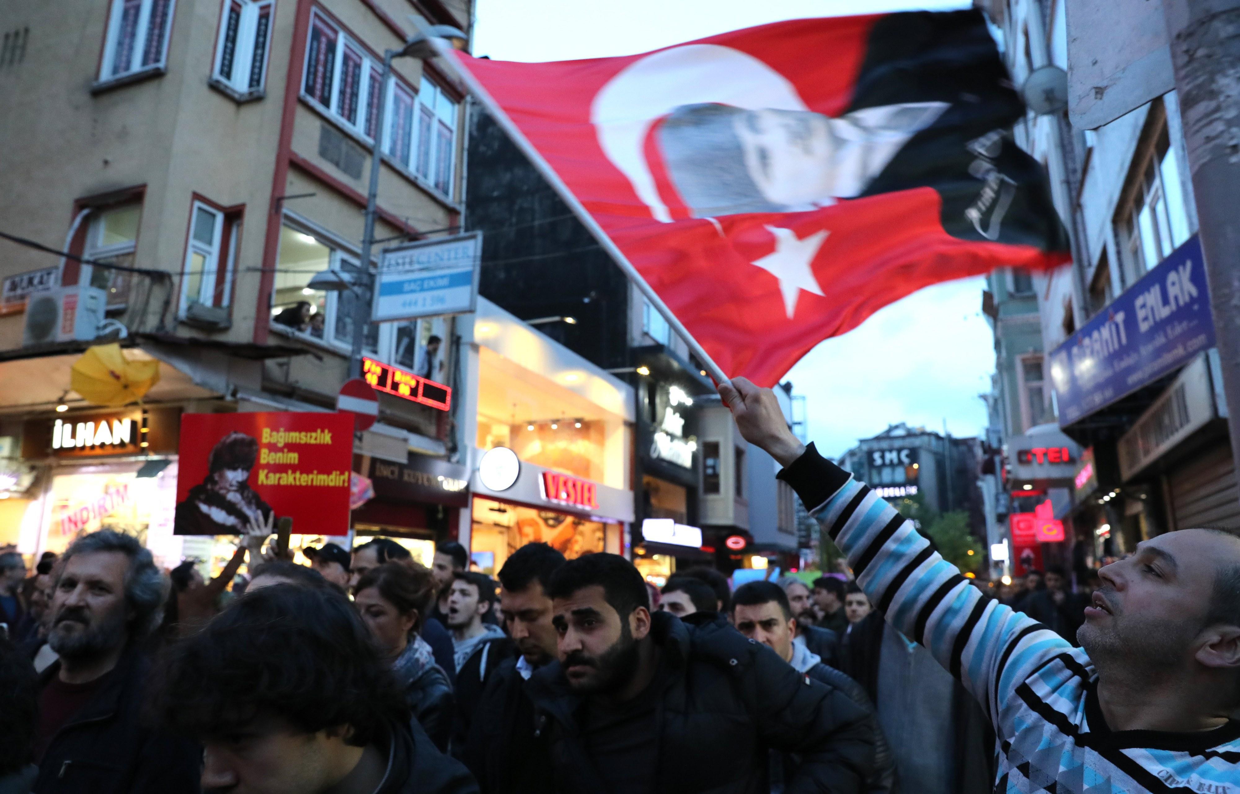 Partido turco no poder prepara congresso extraordinário para reintegrar Erdogan
