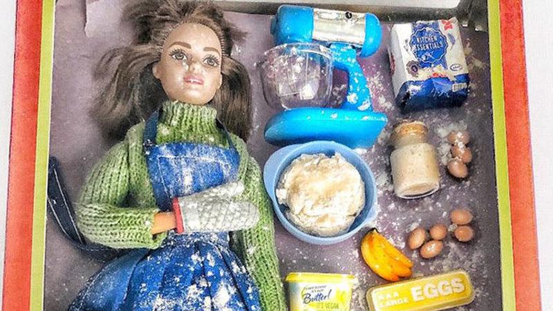 A fazer pão, a atacar o frigorífico e a combater a COVID — assim é a Barbie em quarentena