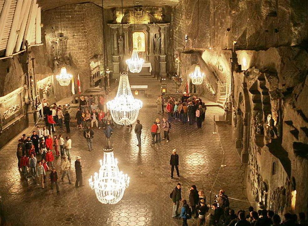 Antiga mina polaca tem estátuas, capelas, lustres e até uma catedral. Tudo feito de sal