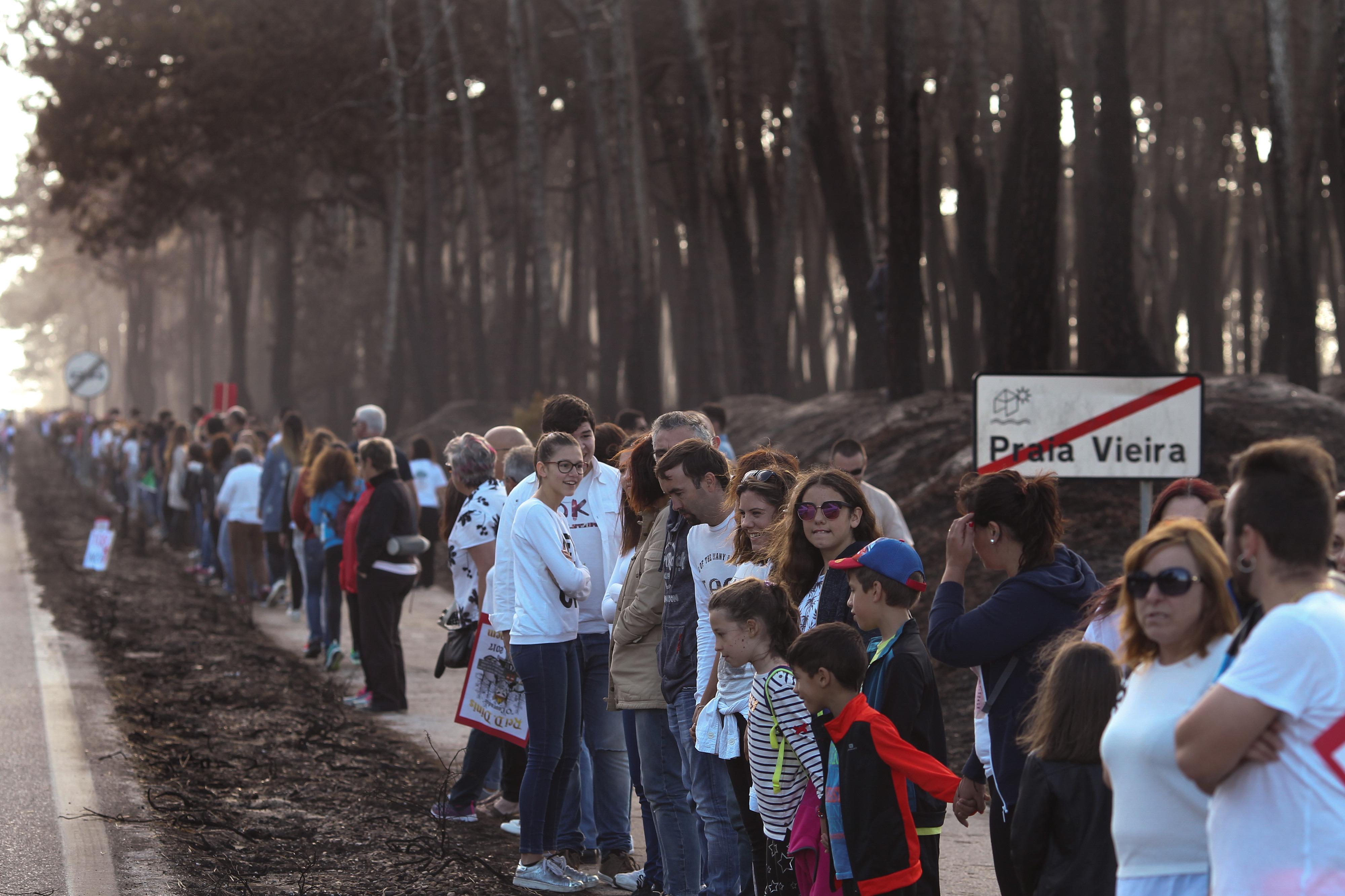 Milhares de pessoas em cordão humano na Praia da Vieira