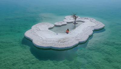 Mar Morto: a ilha de sal que guarda uma árvore e onde se chega a nadar