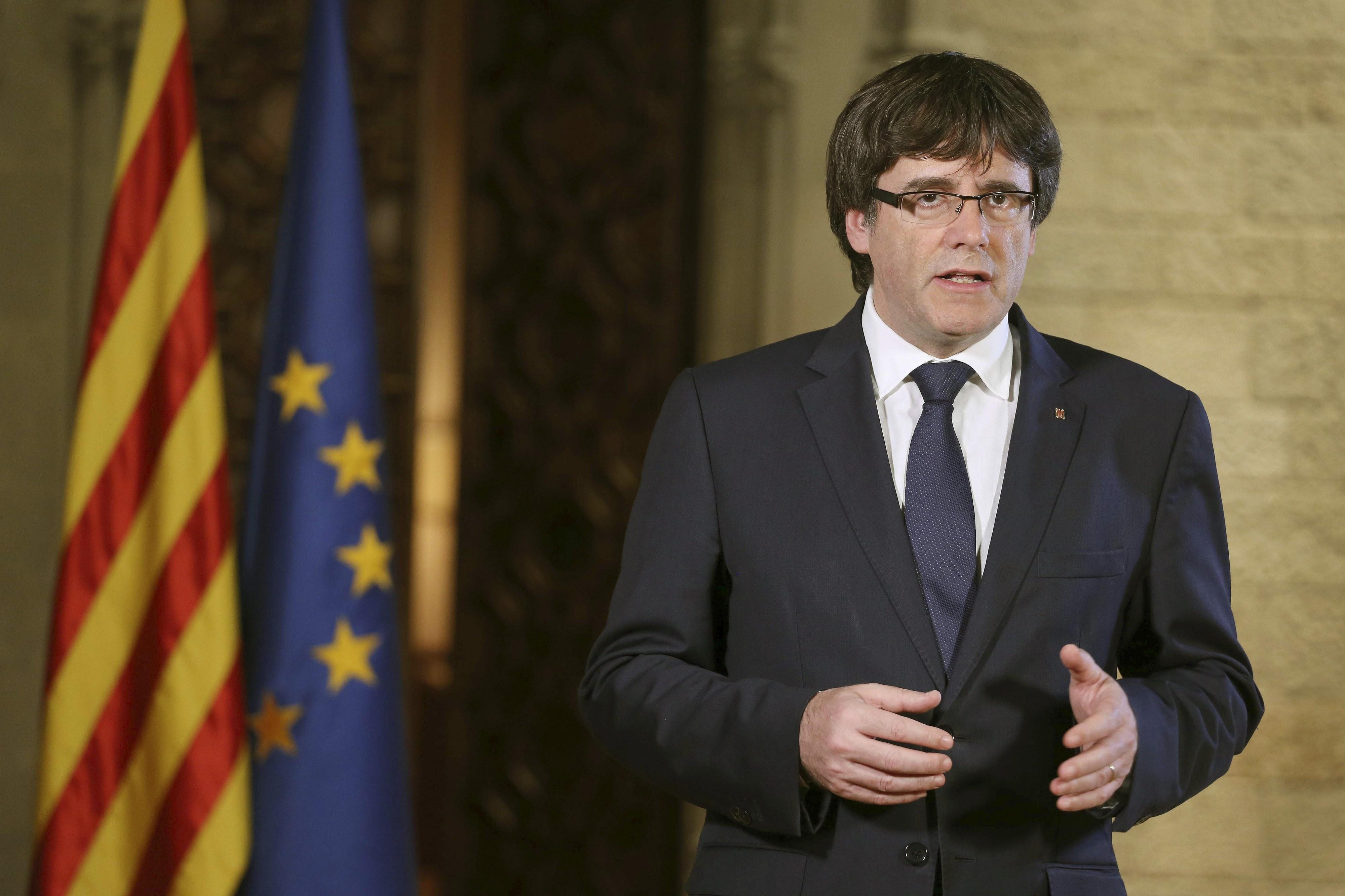 Puigdemont assegura que Catalunha vai resistir de forma pacífica a ataque de Madrid