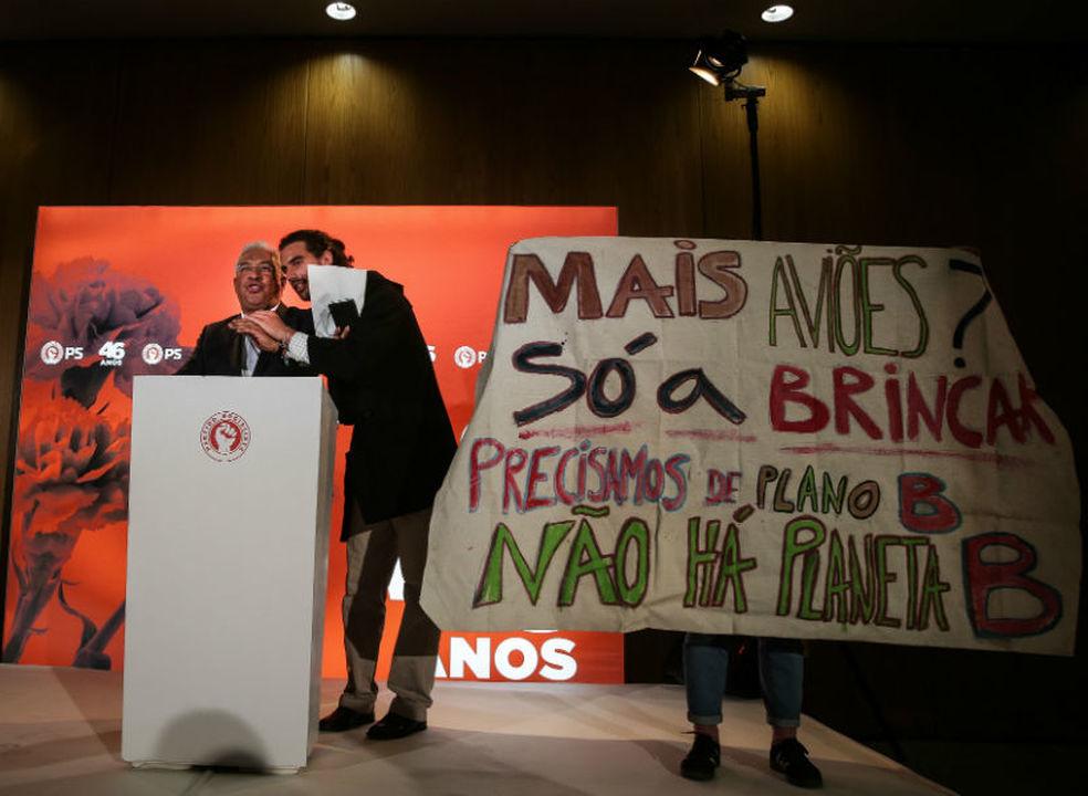 """Quem é o grupo de jovens que atirou aviões de papel e estragou a """"festa"""" de António Costa?"""
