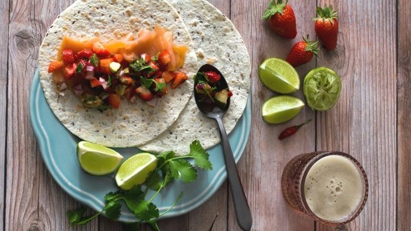 Tacos de salmão fumado com salsa de morango e abacate