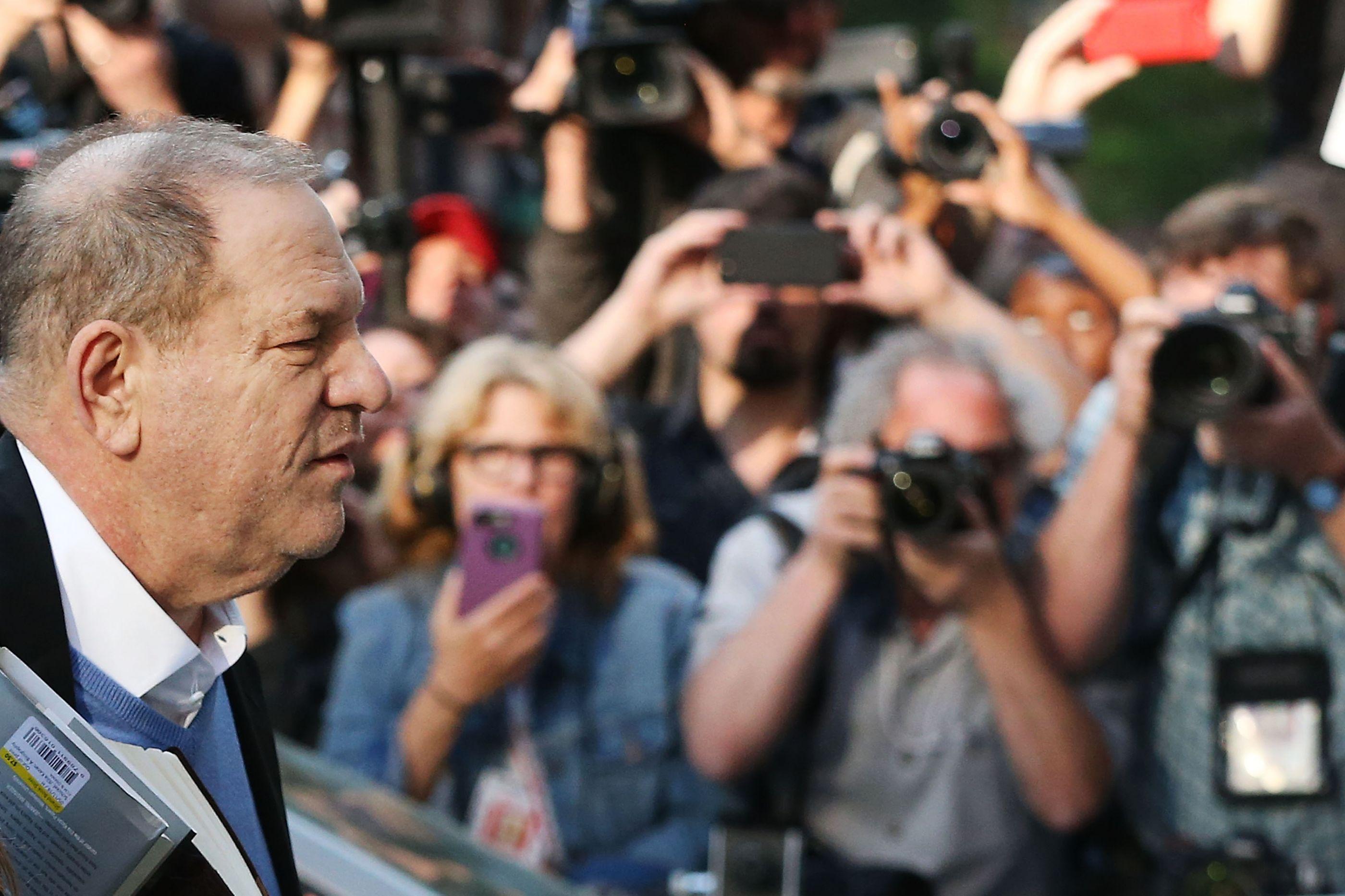 Após detenção por abuso sexual, Harvey Weinstein sai em liberdade