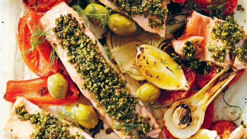 Receita de salmão assado mediterrânico com pesto de pistácio, por Matt Preston