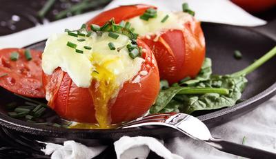 Tomates recheados com ovo e queijo