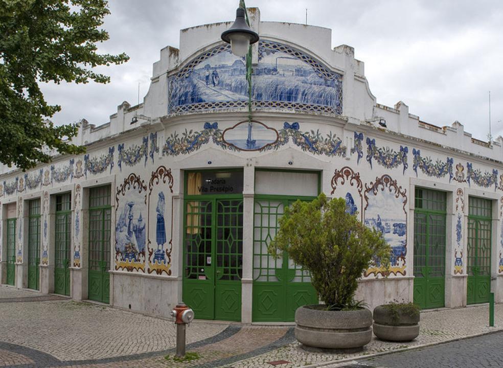Uma manhã no Mercado Retalhista para ver os azulejos e ouvir as histórias dos vendedores
