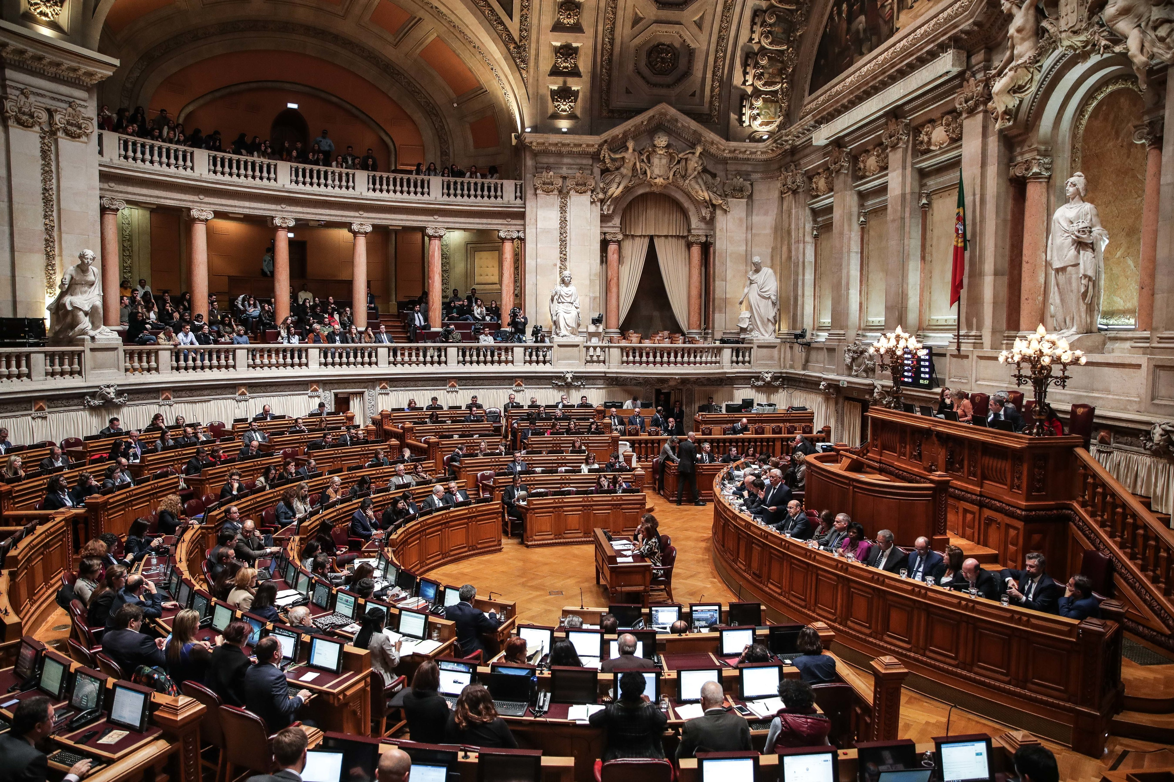 Corrupção: Petição entregue no parlamento pede uma Estratégia Nacional