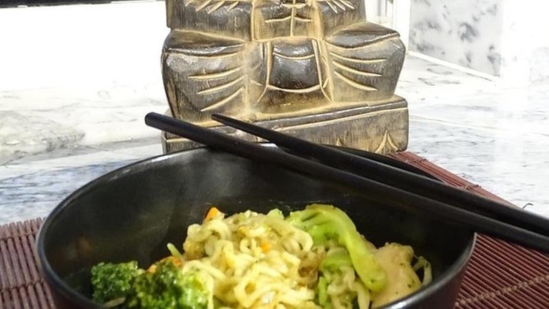 Noodles com frango frito, um dos melhores sabores da Ásia
