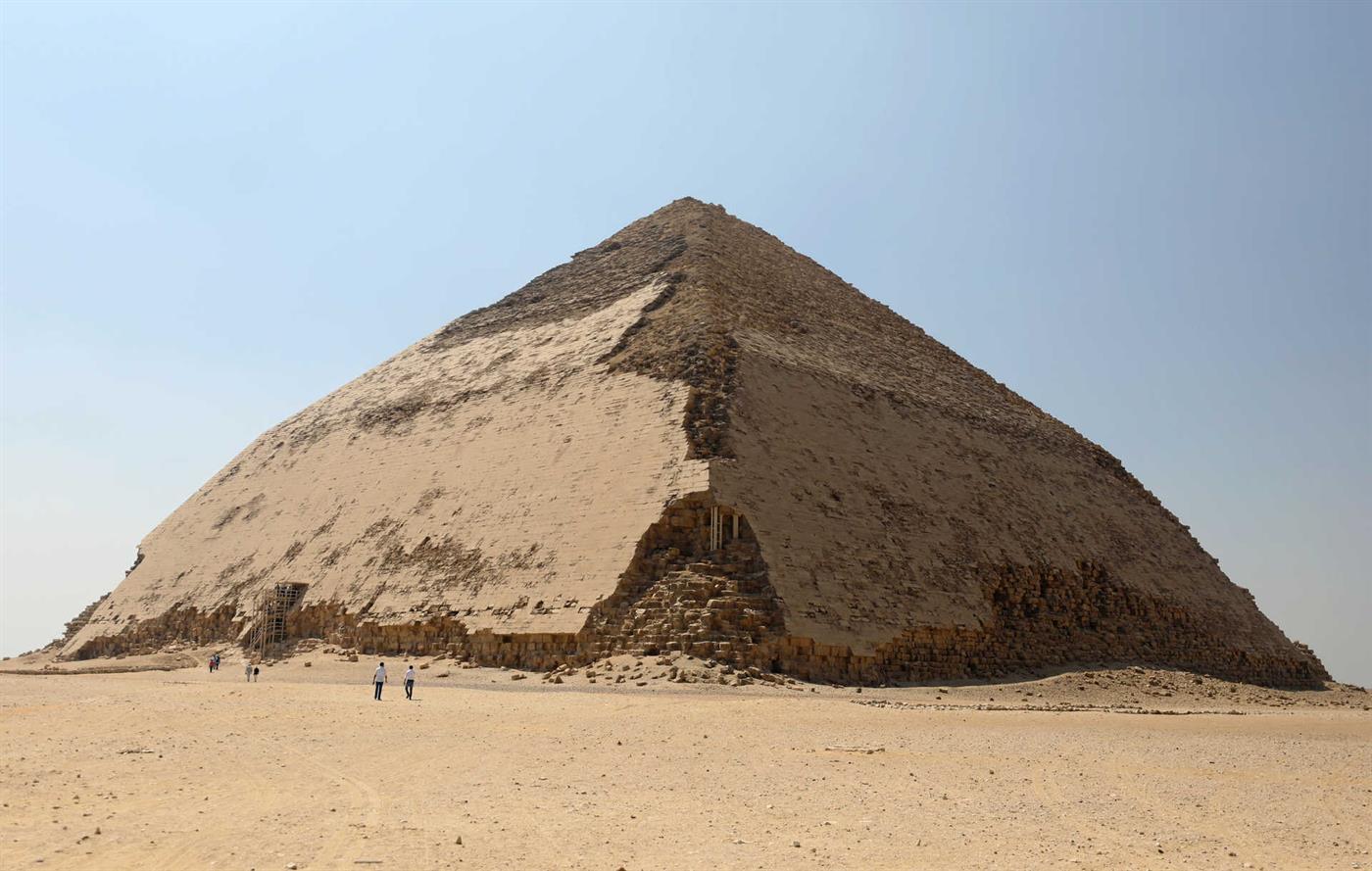 """Egito abre """"pirâmide torta"""" ao público. Estrutura tem mais de 4 mil anos"""